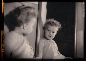 Elke als Kind vor dem Spiegel