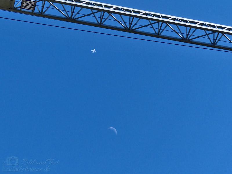 Dreigestirn aus Kran, Flugzeug und Mondsichel