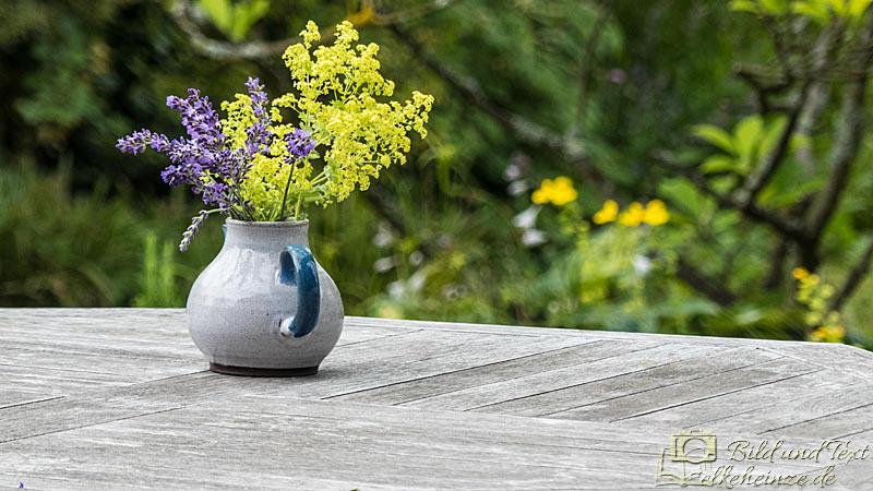 Kleine Vase mit Strauß
